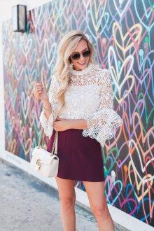 Бордовая юбка с кружевной блузкой