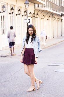 Бордовая юбка с джинсовой курткой