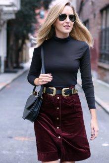 Бордовая юбка с ремнем