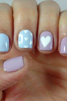 Пастельный маникюр на короткие ногти с сердечками