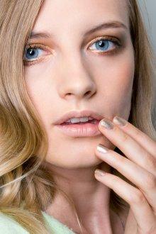 Золотой макияж для голубых глаз