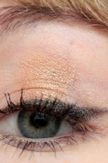 Золотой макияж графичный