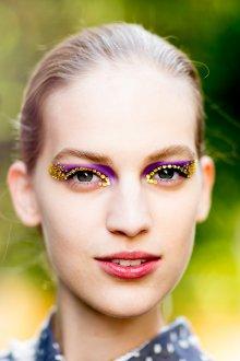 Золотой макияж с кристаллами