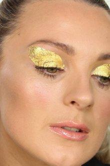Макияж глаз золотыми листами