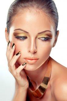 Золотой макияж с маникюром