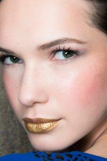 Золотой макияж с помадой