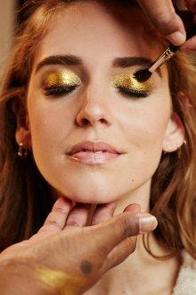Золотой макияж стильный