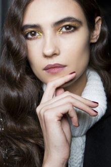 Золотой макияж со стразами