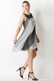 Платье трапеция с геометрическим принтом