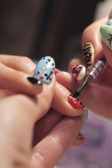 Маникюр с рисунком на разных ногтях