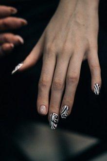 Маникюр с рисунком зебры