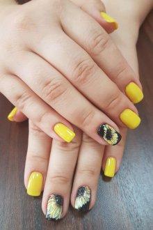 Маникюр с рисунком желтый