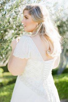Свадебное платье для полных с отделкой