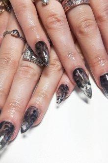 Мраморный маникюр черный на нарощенные ногти