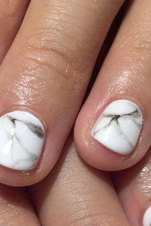 Мраморный маникюр на короткие ногти