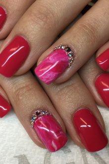 Мраморный маникюр розовый