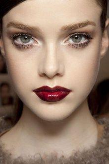 Бордовый макияж блеском для губ