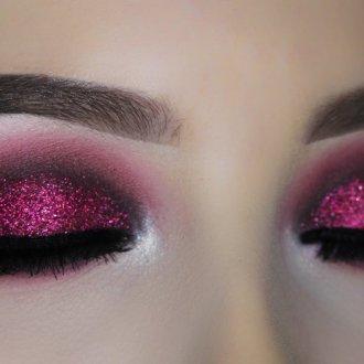 Бордовый макияж с блестками