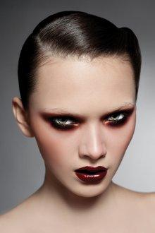 Бордовый макияж с бронзой