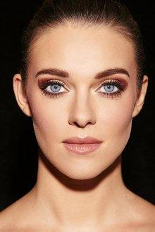 Бордовый макияж для голубых глаз