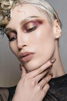 Бордовый макияж художественный