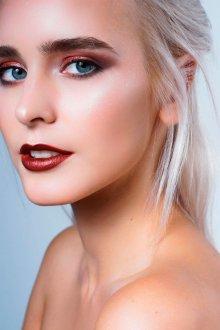 Бордовый макияж для светлой кожи