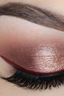Бордовый макияж растушеванный
