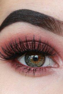 Бордовый макияж для серых глаз