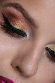 Бордовый макияж со стрелками