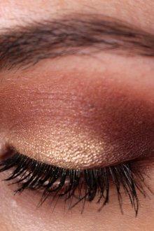 Бордовый макияж тенями