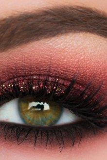 Бордовый макияж для зеленых глаз