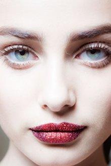 Бордовый макияж естественный