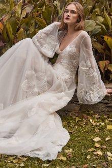 Кружевное свадебное платье с цветами