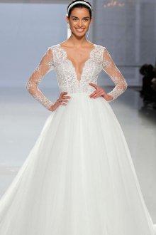 Кружевное свадебное платье с декольте