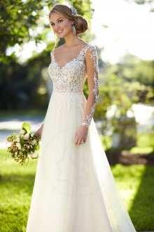 Кружевное свадебное платье с декором