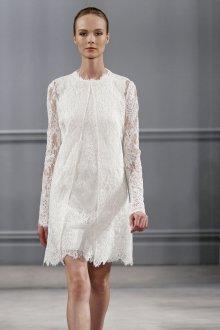 Кружевное свадебное платье с длинной накидкой