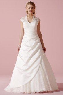 Кружевное свадебное платье с драпировкой
