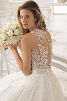 Красивое свадебное платье с кружевной спиной