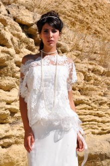 Кружевное свадебное платье с накидкой