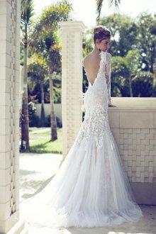 Кружевное свадебное платье с объемным декором