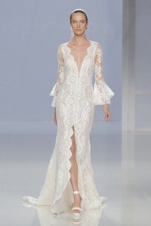 Кружевное свадебное платье с оборками на рукавах