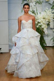 Кружевное свадебное платье с оборками