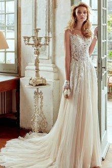 Кружевное свадебное платье с перчатками