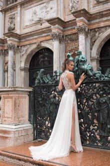 Кружевное свадебное платье с разрезом на ноге