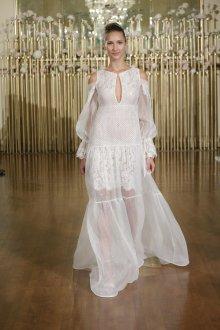 Кружевное свадебное платье с разрезом на плечах