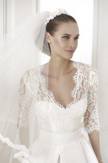 Кружевное свадебное платье с рукавами и фатой