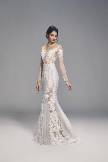 Кружевное свадебное платье с рукавами и сеткой