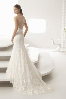 Кружевное свадебное платье со шлейфом и вышивкой
