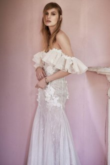 Кружевное свадебное платье с воланами на плечах