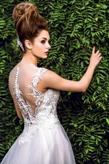 Кружевное свадебное платье с вышивкой